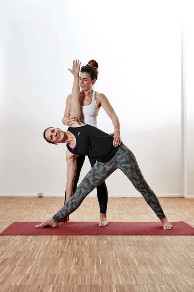 YogaManufaktur_Wuerzburg_Trikonasana_Dreieck_Yogalehrer_Adjustment_Hands_on_4