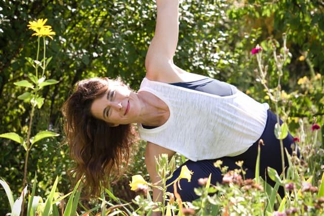 Yogamanufaktur_Wuerzburg_seitliches_Dreieck_Manuela_im_Garten