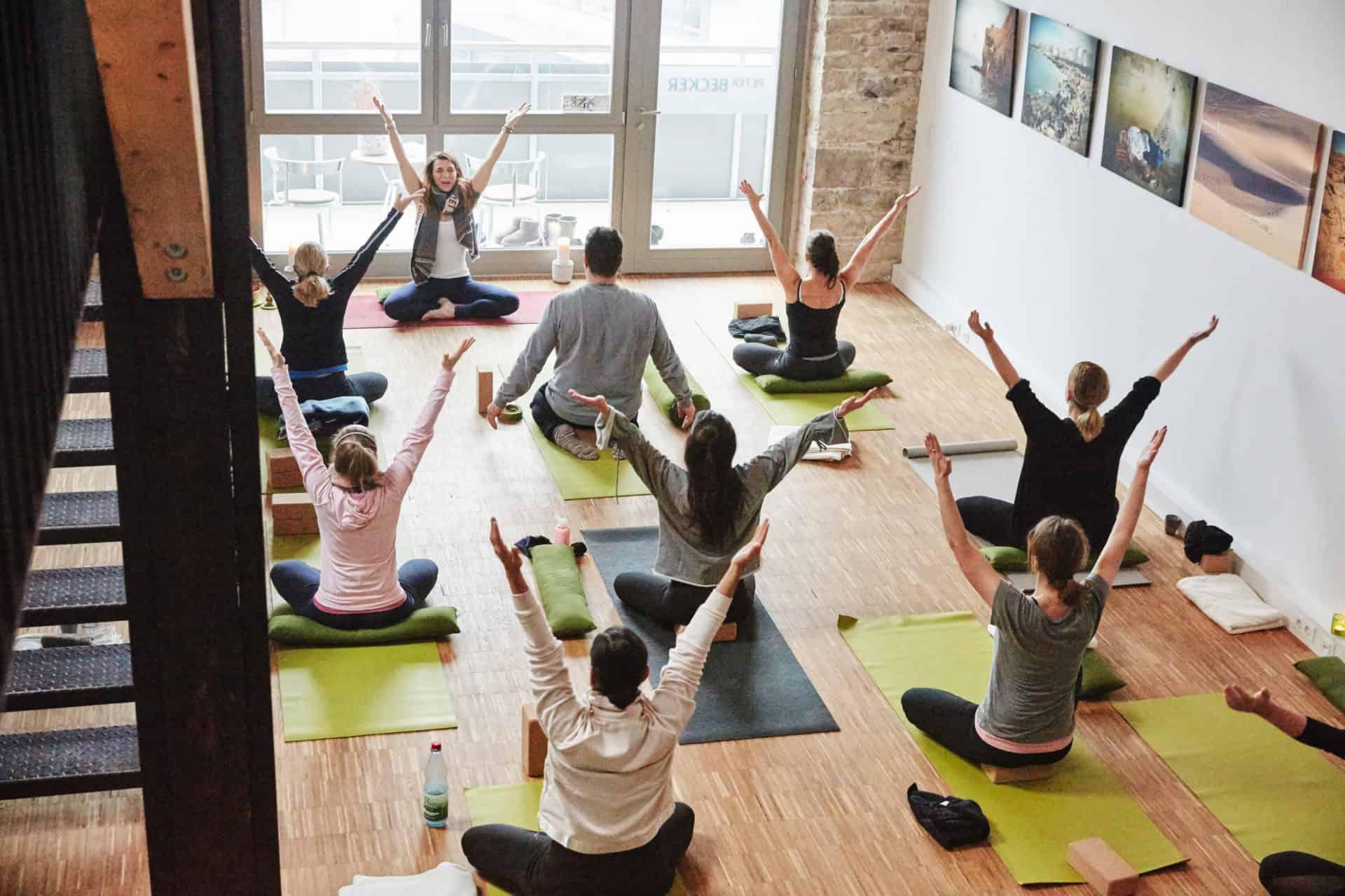 YogaManufaktur_Wuerzburg_Buergerbraeugelaende_Postnatal_yoga_Warm_up