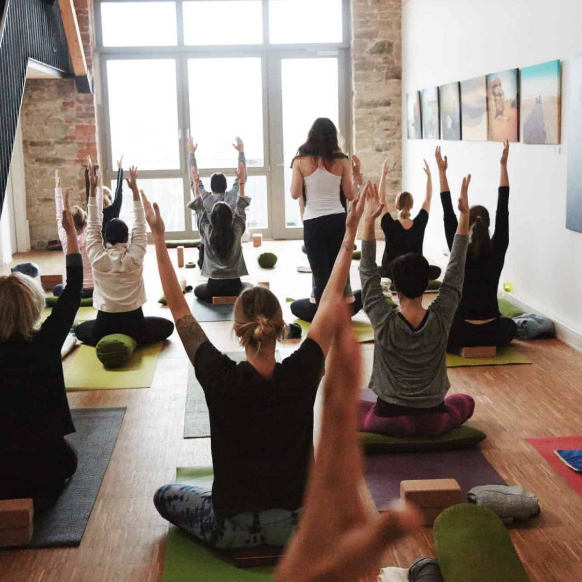 YogaManufaktur_Wuerzburg_Buergerbraeugelaende_Aufwaermen_Strecken_Arme_nach_oben