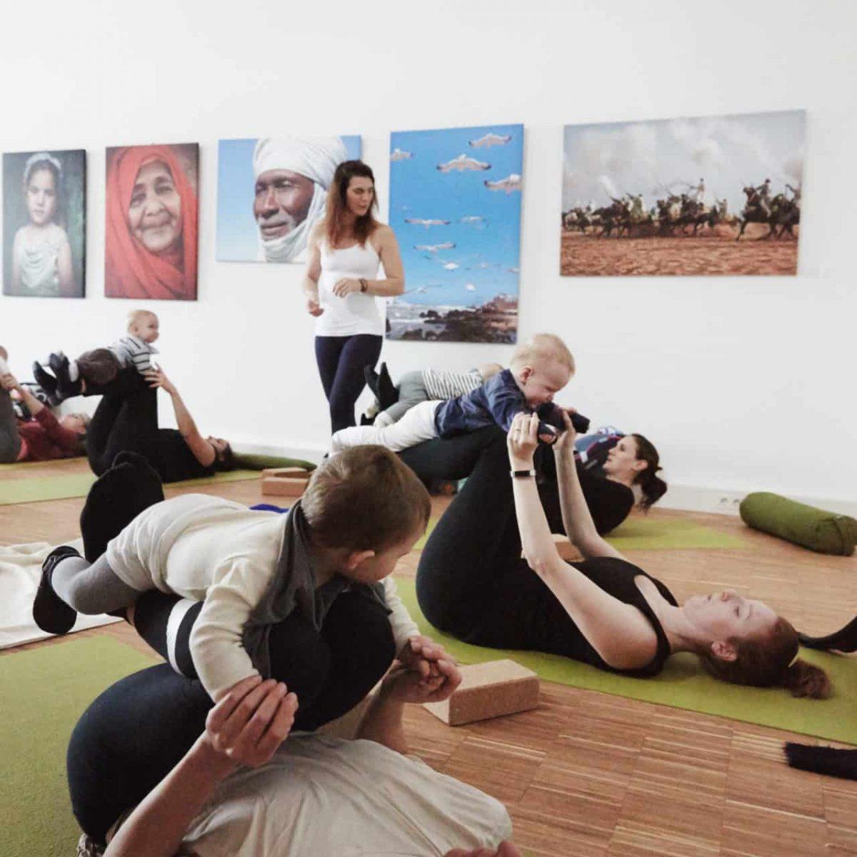 YogaManufaktur_Wuerzburg_Buergerbraeugelaende_Postnatal_Yoga_mit_Baby
