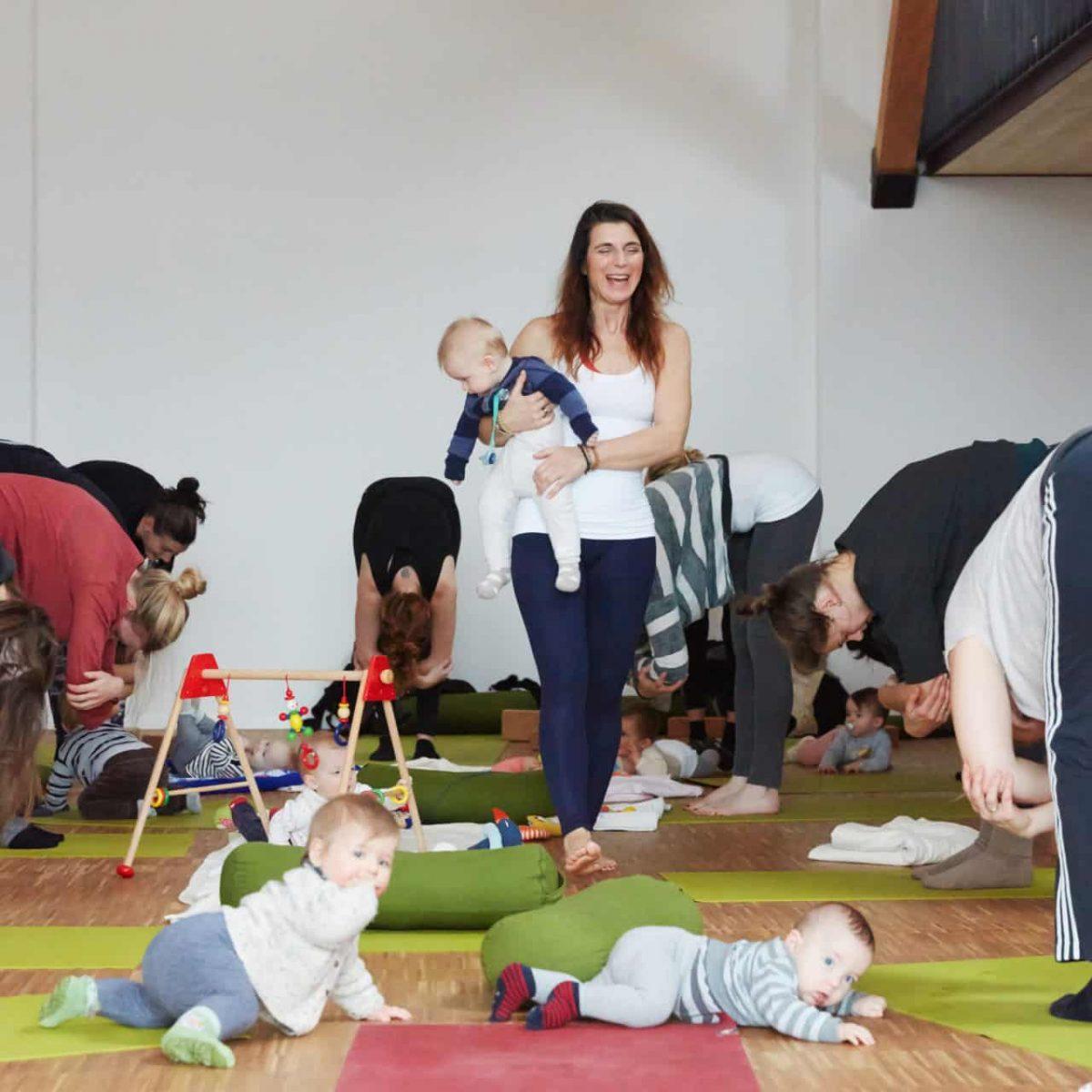 YogaManufaktur_Wuerzburg_Buergerbraeugelaende_Postnatal_Yoga_nach_der_Geburt_mit_Baby7
