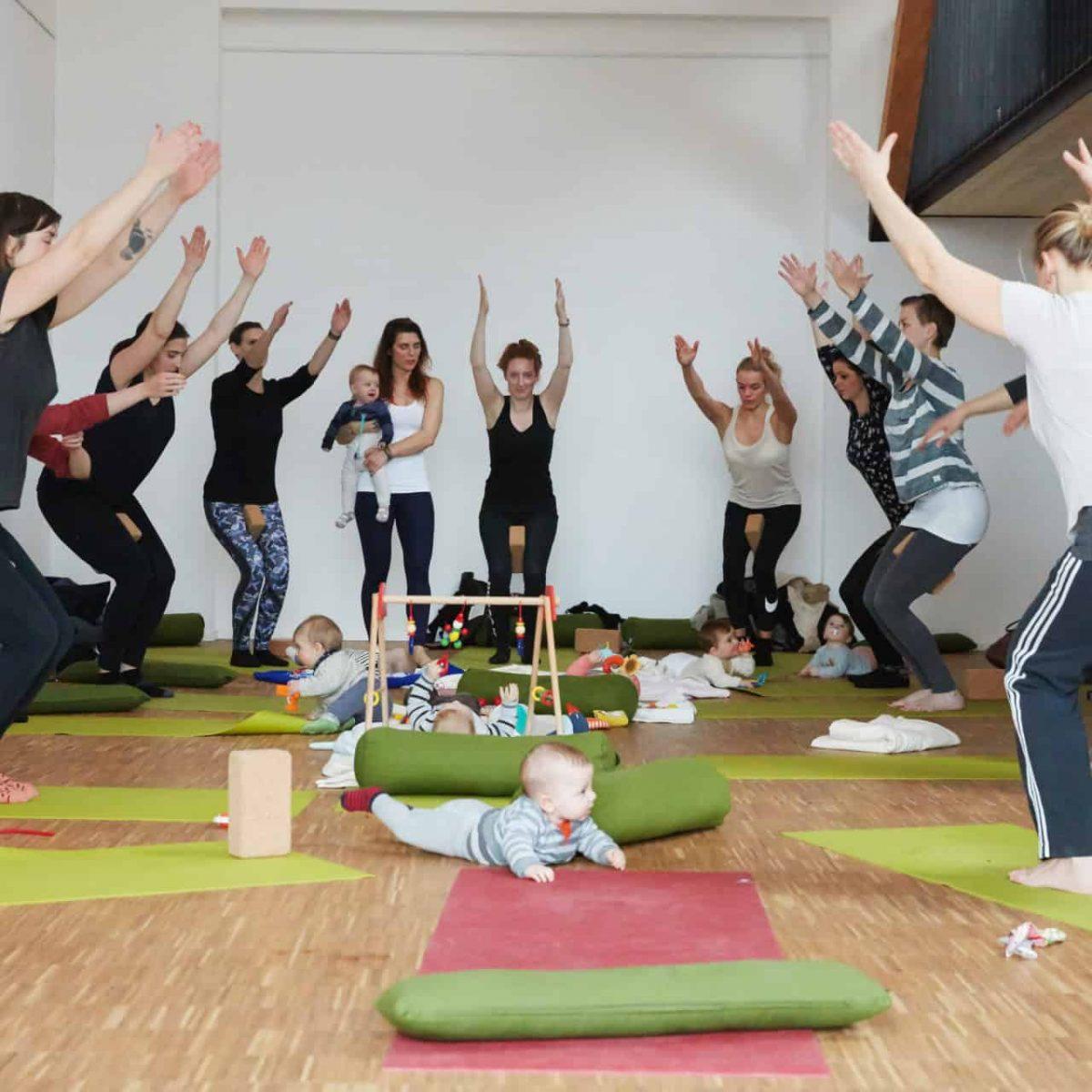 YogaManufaktur_Wuerzburg_Buergerbraeugelaende_Postnatal_Yoga_nach_der_Geburt_mit_Baby9